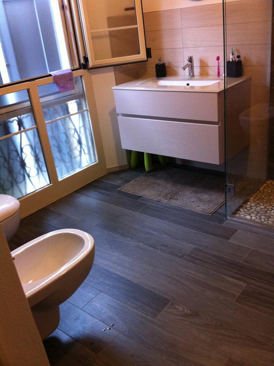 Effetto legno un bagno moderno idea casa - Bagno moderno con doccia ...