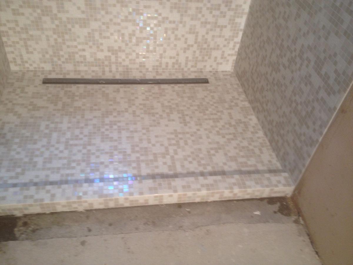 Doccia in mosaico idea casa - Doccia a pavimento mosaico ...